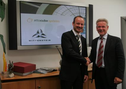 Dr. Manfred Wittenstein (Vorstandsvorsitzender der WITTENSTEIN AG, rechts) und Dr. Dirk Haft (Vorstandsvorsitzender der attocube systems AG, links)