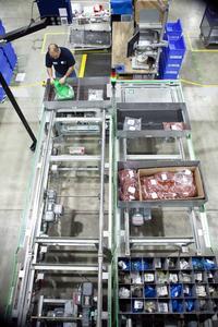 Fünf Multifunktionsarbeitsplätze werden für Kommissionierung, Konfektionierung und Nachschub von Bestellungen und Produkten verwendet  (Quelle: TGW Logistics Group GmbH )