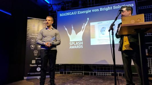 """Manuel Müller nimmt den Splash Award in der Kategorie """"Commerce"""" für Bright Solutions bei der Verleihung in Hamburg entgegen"""