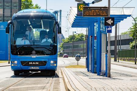 """Drei Männer in einem Bus: In den vergangenen Wochen haben die thyssenkrupp-Mitarbeiter einige Probefahrten unternommen. Ihren ersten offiziellen Einsatz haben sie und ihr Gefährt auf der """"ExtraSchicht"""""""
