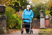 Treppenlift wird im Alter oftmals notwendig (Foto: Shutterstock)
