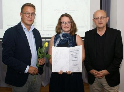 Caroline Berlage (center), former student at PicoQuant, receiving the Physik-Studienpreis 2019 of the Physikalische Gesellschaft zu Berlin (PGzB) from Adrian Grasse (left), Siemens AG, and Prof. Dr. Martin Wolf, chairman of the PGzB. Photograph courtesy of the PGzB (https://www.pgzb.tu-berlin.de/index.php?id=1019)