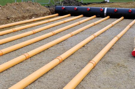 Etwa 1,5 Meter unterhalb der Sportstätten befindet sich das 42 x30 Meter große Netzwerk an AWADUKT Thermo Rohren (Bildrechte: REHAU)