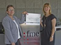fme Mitarbeiterin Kristin Polaschek (rechts) überreicht Margrit Hogendoorn, erste Vorsitzende und Mitbegründerin von Herzkind e.V. (links) den Spendencheck.