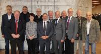 Die verdienten Ehrenamtsträger wurden von Präsident Johannes Ullrich (6.v.l.) und Vizepräsident Christof Burger (5.v.r.) verabschiedet (Foto: Handwerkskammer Freiburg)