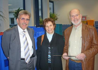 Bernd Jung (Personalleiter und Mitglied der erweiterten Geschäftsleitung, links) überreicht Angelika und Hans Habermann von der Lautereckener Tafel eine Geldspende.