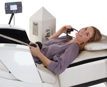 Anwenderin auf dem brainLight-relaxTower mit 3D-Shiatsu-Massagesessel FLOAT