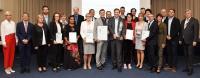 Fertigungsleiter Roman Wegert und Marcus Plättner (Mitte) von Plättner Elektronik freuen sich über die Auszeichnung. Gratulanten waren u.a. Landtagspräsidentin Gabriele Brakebusch (3.v.l.), DIHK-Präsident Dr. Eric Schweitzer (10.v.l.) und IHK-Präsident Klaus Olbricht (r.) / Foto: IHK Magdeburg