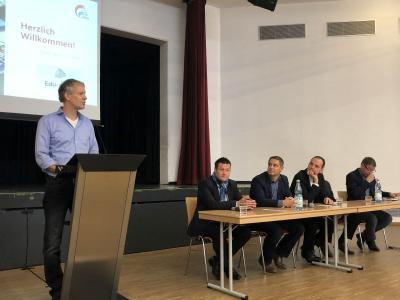 Pressekonferenz mit Schulleiter Jürgensen-Engl (am Pult), rechts Thomas Jordans und weitere Unterstützer
