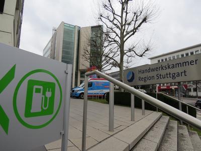 Schon von der Straße aus zu sehen: An der Stromtankstelle der Handwerkskammer können Besucher und Handwerker kostenlos ihre Elektroautos laden (Bildquelle: Handwerkskammer Region Stuttgart)