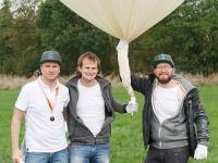 """Kurz vor dem Start: amexus Mitarbeiter Markus Bütterhoff, Tobias Elbert und Thomas Hildebrandt begeben sich mit einem Wetterballon auf die Reise in die """"Cloud""""."""