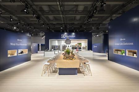 """Die opulente, lange Tafel im Electrolux Bereich spielt einladend das """"farm to table"""" Thema, flankiert von den beiden Leitthemen der Marke / Copyright: D'art Design Gruppe/ Lukas Palik"""