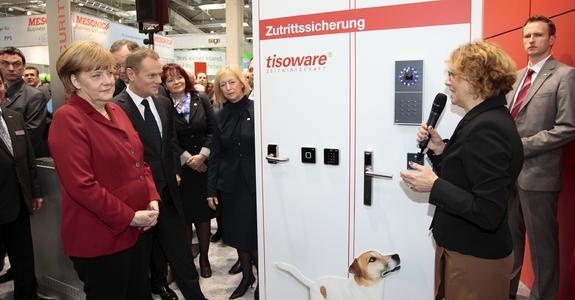 Bundeskanzlerin Merkel auf dem CeBIT-Messestand von tisoware im Gespräch mit Sabine Dörr