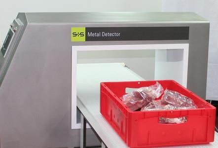 Das Metall-Detektionssystem mit Förderband VARICON+ eingesetzt zur Untersuchung von va-kuumverpacktem Frischfleisch in E1/E2-Kisten.