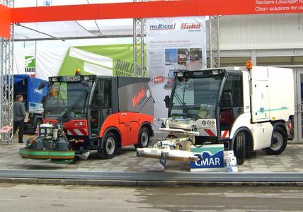 Lösungen für die effiziente Naßreinigung: Hako-Citymaster 2000 mit Anbau-Schrubbdeck und Multicar TREMO mit Hochdruck-Waschaufbau CMAR