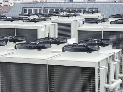 Ab 10 Grad Außentemperatur nutzen Freikühler auf dem Dach des Karlsruher 1