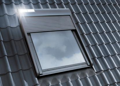 Der Solar-Rollladen ist energieautark und die Steuerung erfolgt per Funk. Dadurch ist die Montage kabellos und denkbar einfach für den Dachhandwerker (Foto: VELUX Deutschland GmbH)
