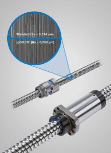 Mit innovativen Fertigungstechnologien wie optiSLITE bzw. Xi-Plus maximiert Steinmeyer die Oberflächengüte und verbessert die Laufeigenschaften seiner Miniatur- (o.) bzw. Präzisionskugelgewindetriebe (u.) (Vergleich der Spindeloberflächen in 1000-facher Vergrößerung)