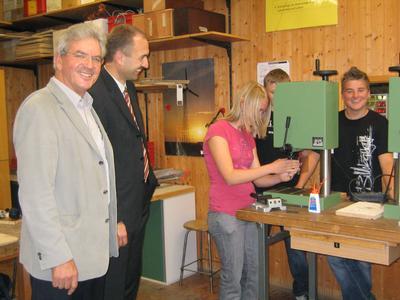Begeistere Schüler bei Übergaben der von Zwick/Roell gesponserten Tischbohrmaschinen an der an der Realschule Erbach