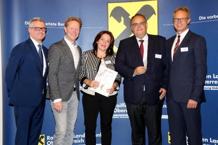 """Freuen sich, beim """"Großen Preis des Mittelstandes"""" in die engere Auswahl gekommen zu sein: Christel Hufschmied (Mitte) und Ralph Hufschmied (2. v. r.), die Geschäftsführer der Hufschmied Zerspanungssysteme GmbH, Bildquelle: Oskar-Patzelt-Stiftung"""