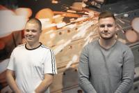 Neue Gesichter bei TORWEGGE: Kevin Petzold (r.) und Darius Görke starteten am 3. August in das Berufsleben. (Foto: TORWEGGE)