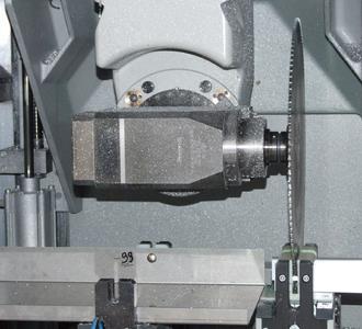 Beim Takten sägt das SBZ 151 durch einen extra dafür konstruierten Spezial-Spanner
