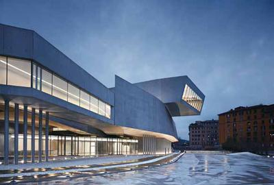 Mit seiner expressiven Formensprache bricht der Baukörper des MAXXI aus dem orthogonalen  städtebaulichen Raster aus. Der Bezug zum Quartier bleibt durch die moderate Höhenentwicklung jedoch  erhalten