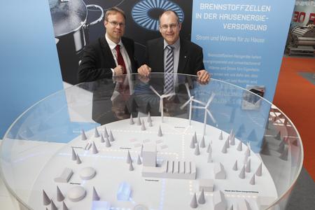 Die Antwort, wie die Energiewende zusammen mit der Brennstoffzelle gelingen kann, zeigten Guido Gummert, Vorstandsvorsitzender VDMA AG Brennstoffzellen (rechts) und Geschäftsführer Johannes Schiel auf der Hannover Messe vor einem Modell zum Ausbau der Erneuerbaren Energien und hocheffizienter Technologien