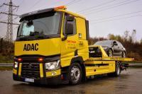 Der ADAC Mobilitätspartner schleppt einen liegengebliebenen Pkw ab