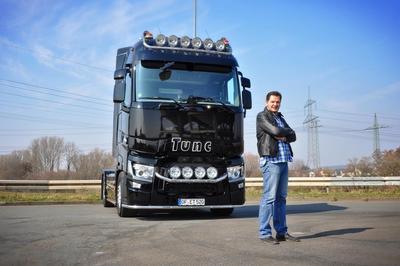 """Fuhrparkleiter Sedat Tuygar fährt den schwarzen """"Truck of the Year 2015"""" der Firma Tunc Trans aus Maintal"""