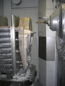 Maßgeblich für die Zerspanungsleistung von 8.000 cm3/min in hochfestem Flugzeugaluminium ist der in größeren Maschinen bewährte Sprint Z3 Bearbeitungskopf