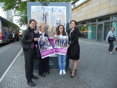 v.l.Jörg Steinert Barbara Loth und Frauke Bank präsentieren die neue Plakatkampagne des Bündnisses gegen Homophobie
