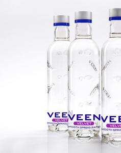 Die neue 330ml-Flasche von Veen zeichnet sich durch großflächige Prägungen aus und erregt so Aufmerksamkeit im englischen Kaufhaus Harrods