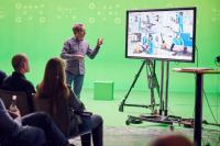 Foto (hl-studios, Erlangen): Jürgen Hinterleithner, Geschäftsführer von hl-studios, präsentiert das Hybrid Studio