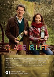 """® O-I Europe - Zefferino Monini und Maria Flora Monini, Hersteller des Monini-Olivenöls """"nativ extra"""", sind neue Testimonials der Glass Is LifeTM-Kampagne von O-I. Sie sagen: """"Glas schützt unser Olivenöl perfekt, so dass die ganze Welt ein wenig vom Geschmack Italiens kosten kann."""""""