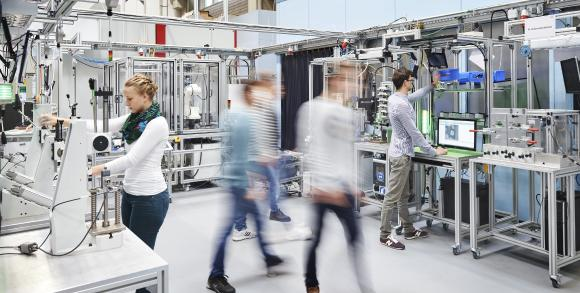 Mensch und KI in der Lernfabrik Globale Produktion / Foto: KIT/wbk