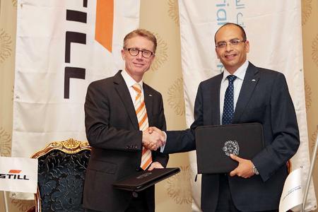 Vertragsunterzeichnung Frank Müller (STILL Vice president CEE and Dealers) mit Ayman Ahmed (Jaidah Group General Manager Heavy Equipment) / Foto: STILL GmbH