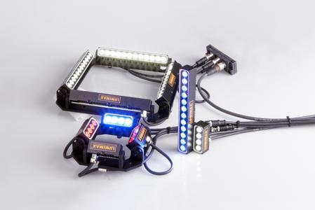 Die neuen Miniaturbalkenlichter in den Größen 50 mm und 150 mm sowie passende Montagehalter für eine quadratische Anordnung der Beleuchtungen