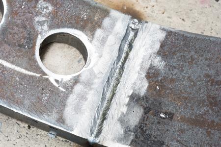 Der von 60° auf 40° reduzierte Öffnungswinkel erfordert beim forceArc-Schweißen weniger Schweißraupen. Das reduziert die Schweißzeit und spart Kosten, Foto: EWM AG