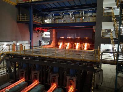 Erster Guss des Vorblockformats 255 x 300 Millimeter auf der modernisierten Stranggießanlage bei Nanjing Iron & Steel Group Ltd. geliefert von SMS Concast