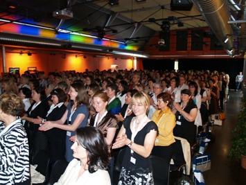 Begeisterte TeilnehmerInnen belohnen mit Standing Ovations.