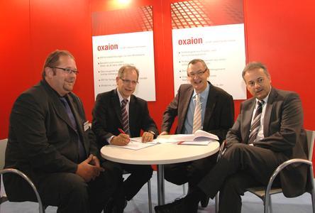 Bei der Vertragsunterzeichnung (von links): Holger Bänsch, Geschäftsführer DTM Datentechnik GmbH, Karl Christoph Höver, Geschäftsführer Quast Anlagentechnik GmbH sowie die beiden oxaion-Vorstände Dieter Eisele und Uwe Kutschenreiter.