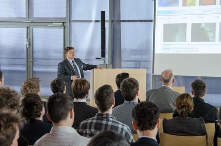 """Prof. Henning Heuer sprach in seinem Vortrag auf dem Thementag """"Funktionsintegration"""" der CCeV-Arbeitsgruppe Multi-Material-Design u.a. über die prozessnahe Prüfung von funktionsintegrierenden Faserverbundstrukturen mit abbildenden Wirbelstromverfahren"""