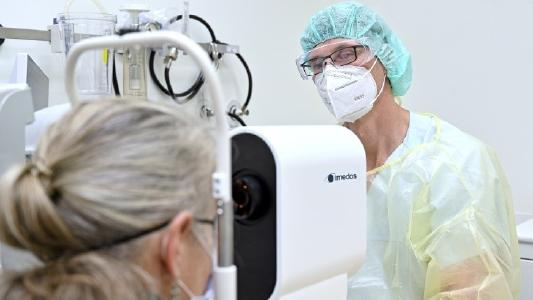As part of the new study, Dr. Daniel Vilser (UKJ) analyses the retinal vessels of his patients