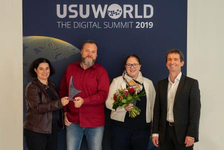Excellent innovative customer service from the Versicherungskammer Bayern: (from left to right) Isabella Martorell Nassl, Head of Operations, Petrik Nischik and Katrin Bissinger who accepted the award from USU Managing Director Harald Huber