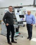 Maximilian Illert (li.) und Jens Großer (re.) vor der neuen Maschine BabyCat 4 der französischen Firma DCM