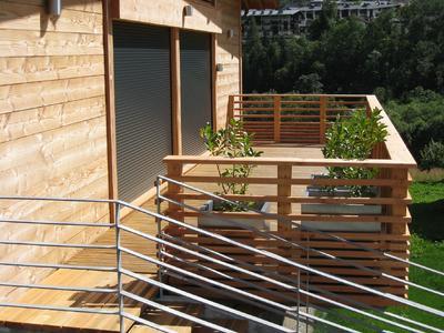 Holzfassaden, Holzböden und Holzgeländer brauchen ein erprobtes, hochwertiges Beschichtungsmaterial. Dazu sind Produkte wie Capadur Holz-Öl und Capadur Zaunlasur geeignet. Foto: Caparol Farben Lacke Bautenschutz