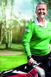 """Martina Eberl-Ellis setzt bei ihrem ganzheitlichen Golftraining """"WHOLE IN ONE GOLF"""" auf die Garmin Approach Golfcomputer."""