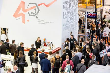 LogiMAT 2017 Leute am Stand Swisslog Messe Original