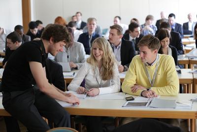 Teilnehmer der DRIVE-E-Akademie 2013 in Dresden: Der fachliche Austausch untereinander ist wichtig.